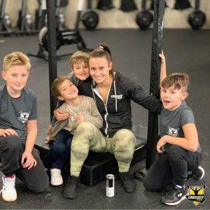 Členové CrossFit Kids s trenérkou Luckou