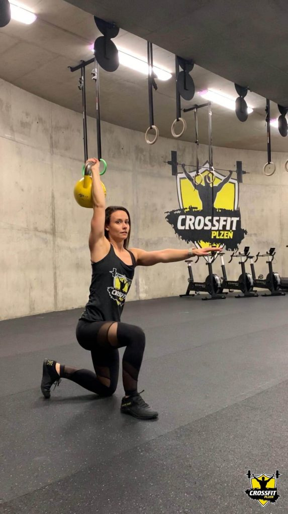 CrossFiterka Lucka Turkish Get Up - CrossFit Plzen